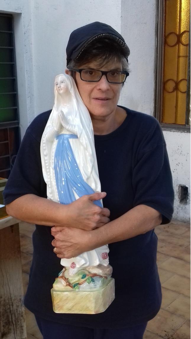 tina con la madonnina in braccio 15 ottobre.jpg